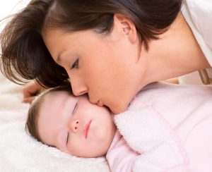 photodune-3779554-baby-girl-and-mother-kissing-her-lying-happy-on-white-l-2-300x244 Productinformatie
